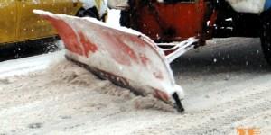 Продължава почистването и опесъчаването на пътищата в община Сандански